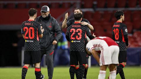 HLV Juergen Klopp cùng học trò vừa có thắng lợi đầu tiên sau 3 trận chỉ hòa và thua