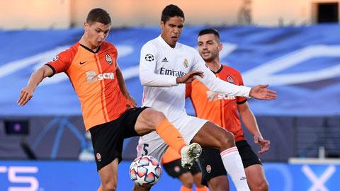 Varane (áo trắng) đã có trận đấu thảm họa khi không có Ramos (ảnh chủ) bên cạnh