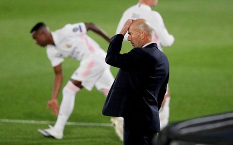 Thày trò HLV Zidane thất thần rời sân sau trận thua sốc trước Shakhtar rạng sáng qua