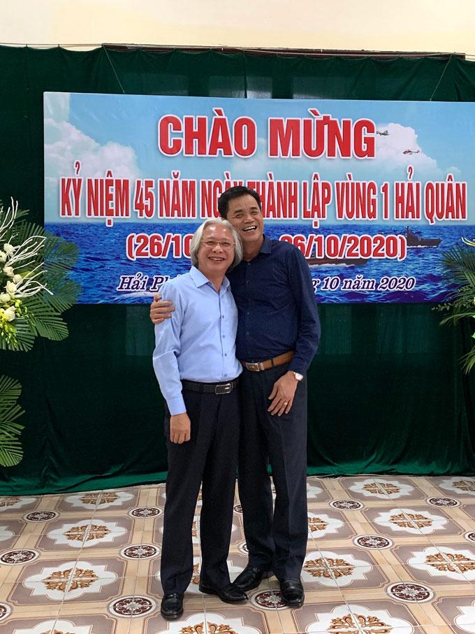 Chuẩn Đô đốc Chu Ngọc Sáng, Nguyên Phó Chính ủy BTL Vùng 1 Hải quân, Chính ủy Học viện Hải quân (bìa phải) chụp ảnh lưu niệm với Tổng biên tập Tạp chí Bóng đá Nguyễn Văn Phú