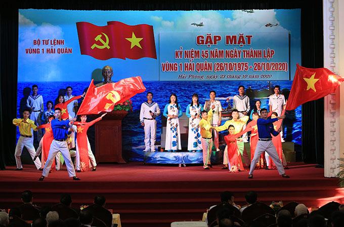 Đội văn nghệ Vùng 1 Hải quân biểu diễn những tiết mục đặc sắc chào mừng