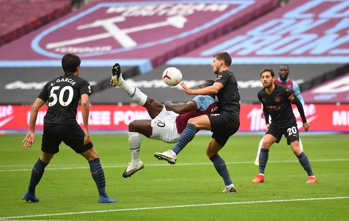 Antonio mở tỷ số cho West Ham bằng siêu phẩm móc bóng