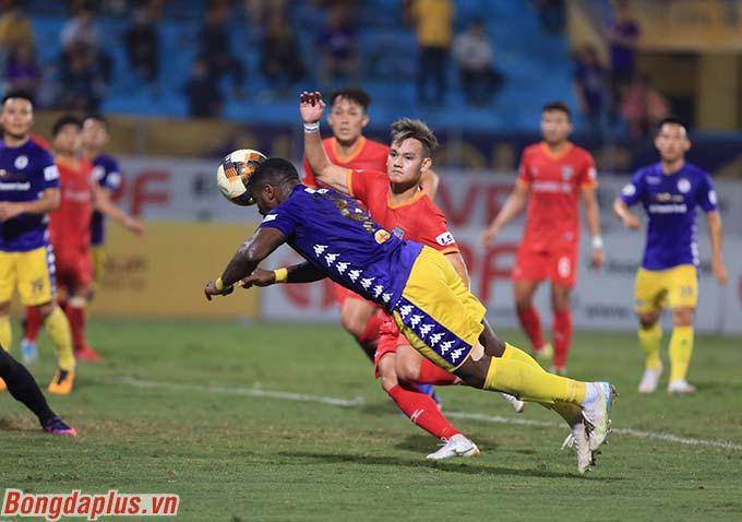 Rimario gỡ hòa cho Hà Nội FC - Ảnh: Đức Cường