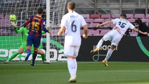 Real thực hiện 24 đường chuyền trước khi Valverde sút tung lưới Barca