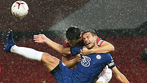 Ra đòn kẹp cổ Azpilicueta, Maguire may mắn thoát penalty