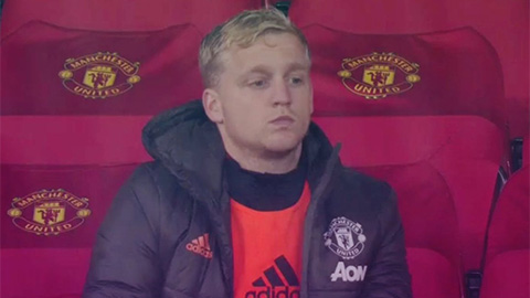 Fan M.U không thể tin điều HLV Solskjaer đã làm với Van de Beek ở trận đấu với Chelsea