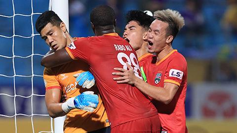 Cầu thủ B.Bình Dương ức chế trọng tài, xô xát lẫn nhau khi thua ngược Hà Nội FC