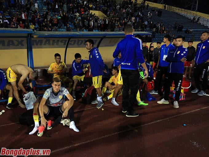 DNH Nam Định giờ chỉ còn cách đội cuối bảng là Quảng Nam đúng 2 điểm. Họ vẫn còn cơ hội để trụ hạng V.League nếu không thua SLNA
