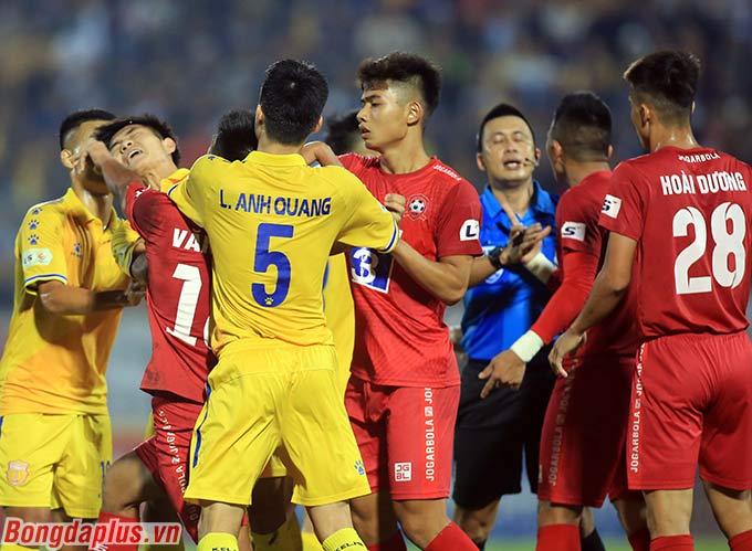 Những phút cuối trận đấu giữa DNH Nam Định và Hải Phòng trở nên căng thẳng. Trung vệ Văn Hạnh nhận thẻ đỏ (2 thẻ vàng) sau pha phạm lỗi với Sỹ Minh. Anh lập tức có những phản ứng vô cùng dữ dội