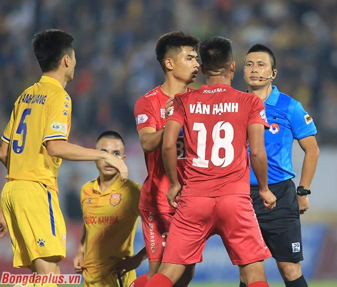 Cầu thủ này tính ăn thua với trọng tài chính. Khi các cầu thủ Nam Định lao vào can ngăn, Văn Hạnh đã dùng tay vồ lấy mặt một người của đội bạn