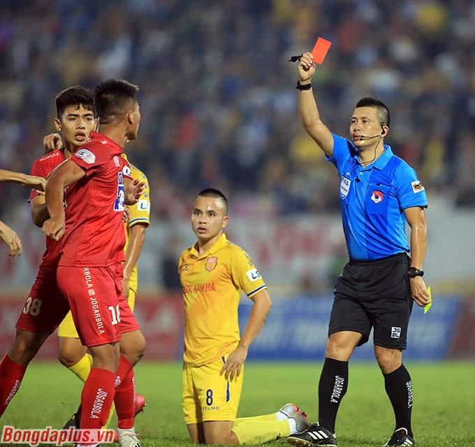 Chiếc thẻ đỏ của Văn Hạnh diễn ra đúng ở thời điểm DNH Nam Định đang bị dẫn trước 2-3 bởi Hải Phòng. Chỉ một bàn thắng có thể xoay chuyển cả số phận trụ hạng của đôi bên