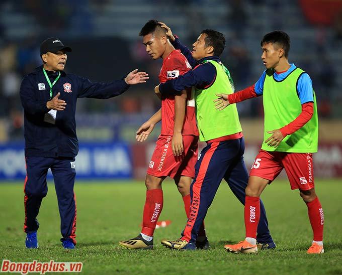 Hải Phòng chỉ còn chơi với 10 người ở những phút cuối nhưng vẫn bảo toàn chiến thắng 3-2 trước DNH Nam Định