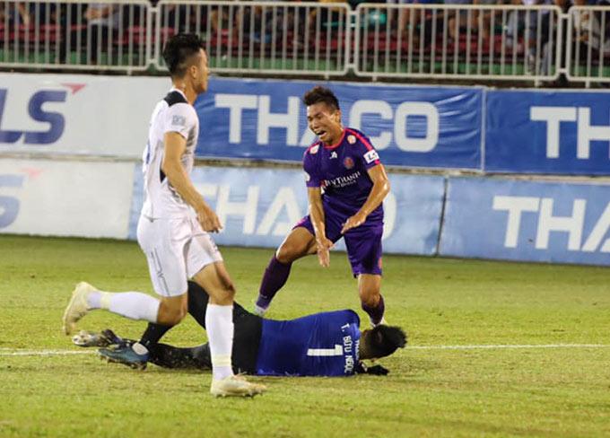 Bước ngoặt đến từ quả phạt đền ở phút 80, khi thủ môn Bửu Ngọc phạm lỗi với cầu thủ Sài Gòn trong vòng cấm
