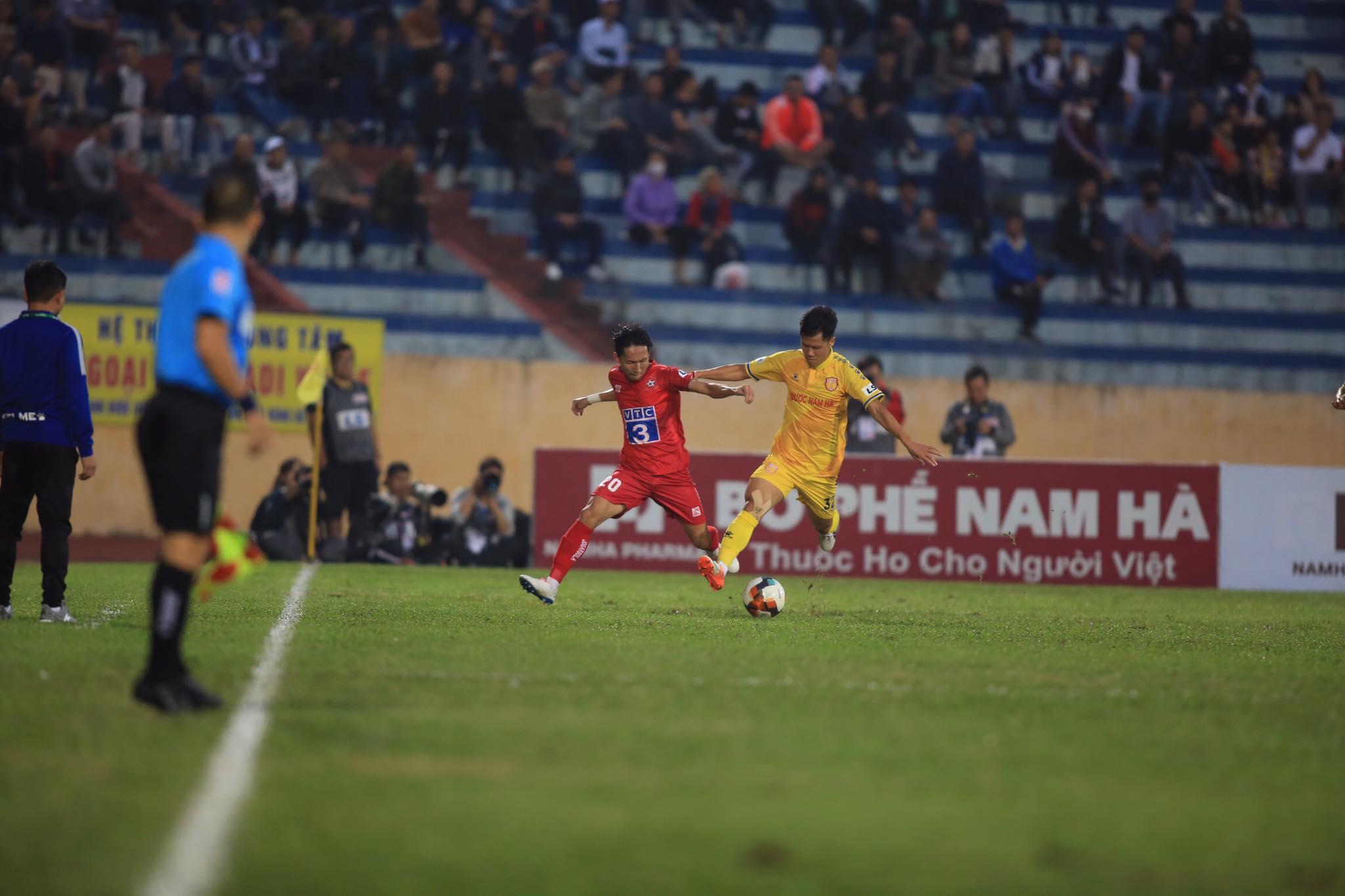 DNH.NĐ chơi chủ động trước Hải Phòng những phút đầu trận - Ảnh: Minh Tuấn