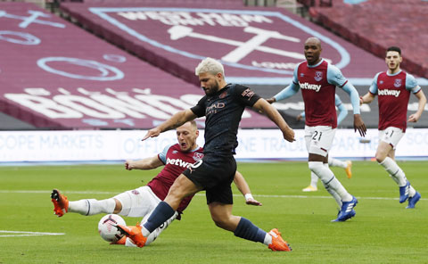 Aguero (giữa) chấn thương ở trận gặp West Ham vừa qua sẽ khiến hàng công Man City càng thêm khó khăn trong thời gian tới