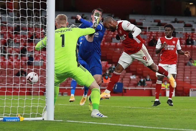 Lacazette đưa được bóng vào lưới Leicester nhưng bị thổi phạt việt vị