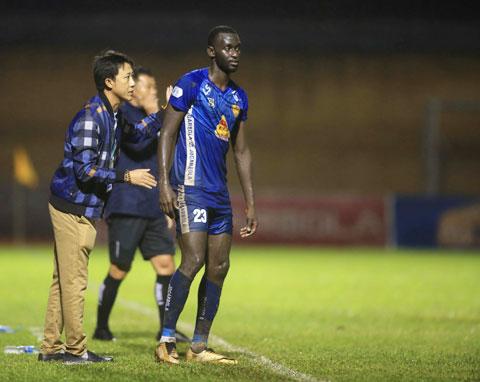 Thầy trò HLV Nguyễn Thành Công rất quyết tâm đánh bại Hải Phòng ở vòng đấu cuối - Ảnh: MINH TUẤN