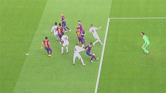Tình huống Lenglet kéo ngã Ramos trong vòng cấm Barca