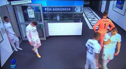 Benzema và Mendy nói xấu Vinicius ở góc phải