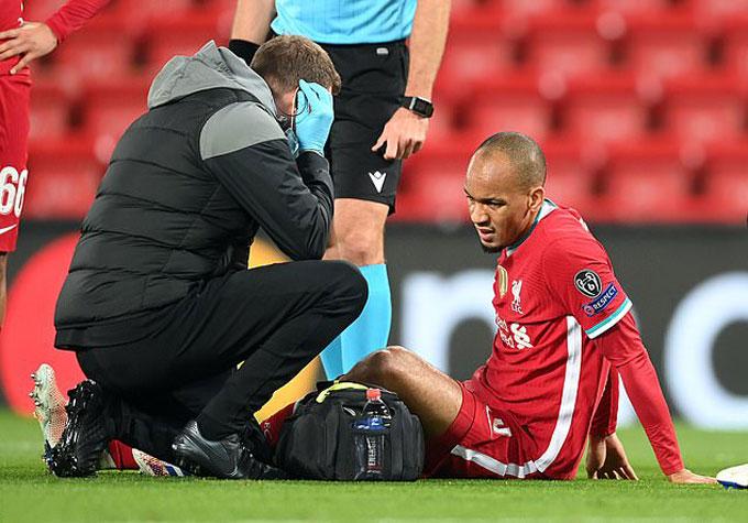 Nhưng chấn thương của Fabinho khiến Klopp lại phải đau đầu vì hàng thủ vốn đang rất tan hoang