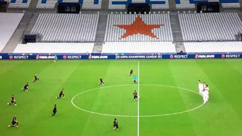 Hình ảnh lạ khi toàn đội Man City quỳ gối còn Marseille đứng nhìn