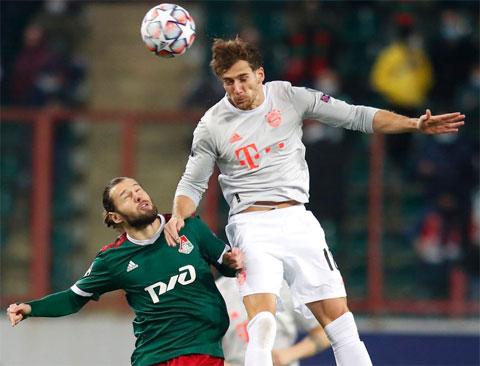 Từ tuyến hai, Goretzka (áo sáng) băng lên đánh đầu mở tỷ số cho Bayern trận gặp Lokomotiv Moscow
