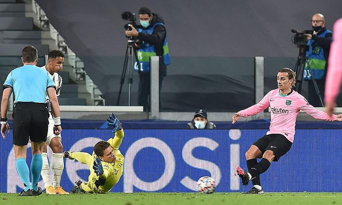 Griezmann đang tự đóng cánh cửa ra sân tại Barca
