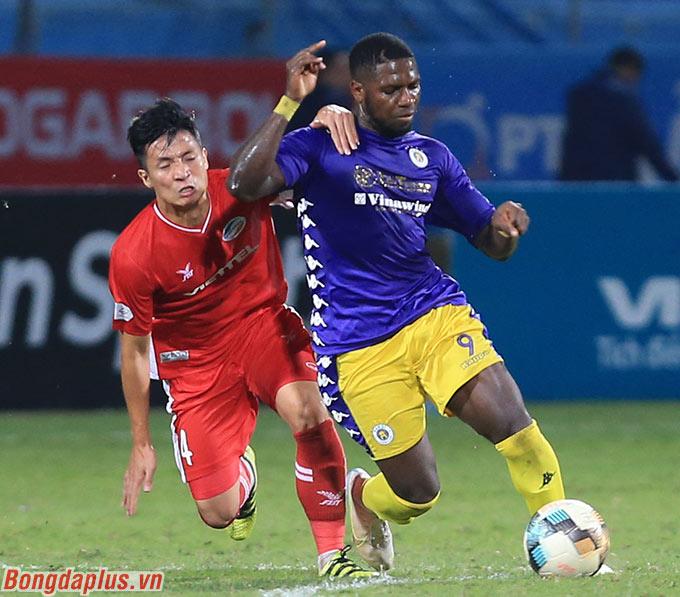 Phút 68, trận đấu Viettel và Hà Nội FC, Rimario cầm bóng trong đợt phản công của đội nhà và anh va chạm với Bùi Tiến Dũng bên phía Viettel. Pha bóng khiến trận đấu bị tạm ngưng, cầu thủ hai đội lao đến trọng tài phân bua.