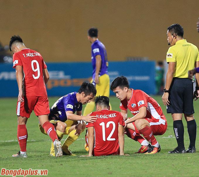Viettel thiệt hại lực lượng khi Khắc Ngọc dính chấn thương sau pha va chạm với Tấn Tài bên phía Hà Nội FC