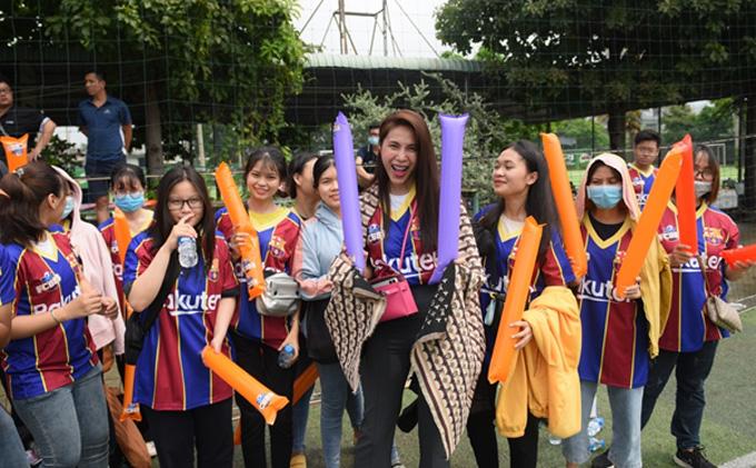 Sở hữu sự nghiệp ngưỡng mộ, gia đình nhỏ hạnh phúc, tấm lòng thiện nguyện đáng quý, Thuỷ Tiên còn là fan cứng của Barcelona và CLB FCB88