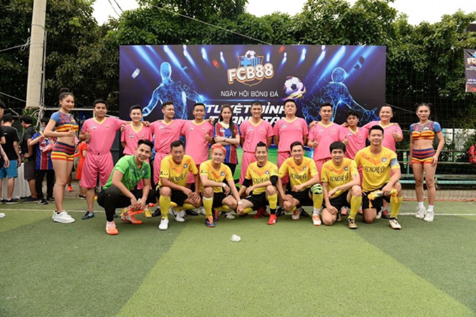 Công Vinh tham gia đá giao hữu trong sự kiện FCB88 và nữ ca sĩ Thuỷ Tiên vui vẻ tham gia sự kiện cùng ông xã hồi tháng 9 qua