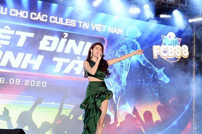 Nữ ca sĩ tham gia biểu diễn tại sự kiện...
