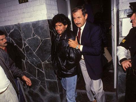 Rượu chè, gái gú và ma túy khiến Maradona thành con người bệ rạc, từng vào tù ra tội