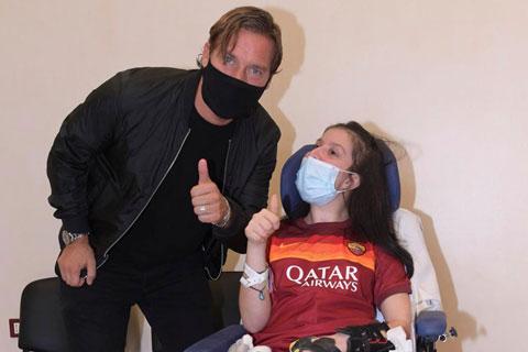 Ilenia Mastilli bên cạnh Totti, thần tượng đã hồi sinh cô sau một tai nạn thảm khốc