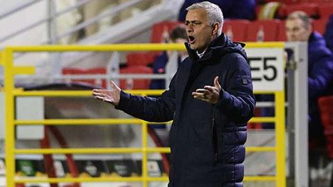 Mourinho đòi tống khứ 11 cầu thủ Tottenham ngay hiệp 1 trận thua Royal Antwerp