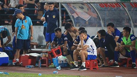 Nỗi buồn xuống hạng của Quảng Nam dù trận cuối họ thắng Hải Phòng - Ảnh: Phan Tùng