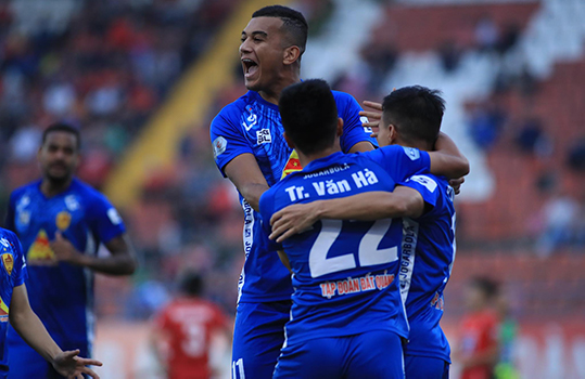 Quảng Nam dễ dàng có bàn thắng thứ 2. Ảnh: Phan Tùng