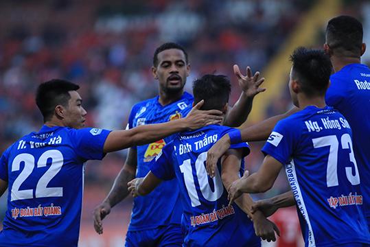 Đội bóng xứ Quảng Nam đang có lợi thế trong cuộc đua vô địch. Ảnh: Phan Tùng