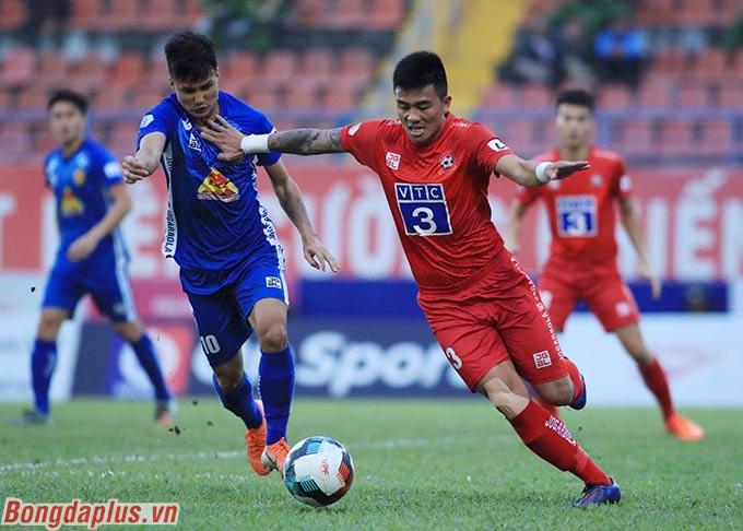 Phút 22, Thanh Trung đá phạt góc tạo điều kiện cho Huy Hùng đánh đầu tung lưới Quảng Nam lần thứ 2.