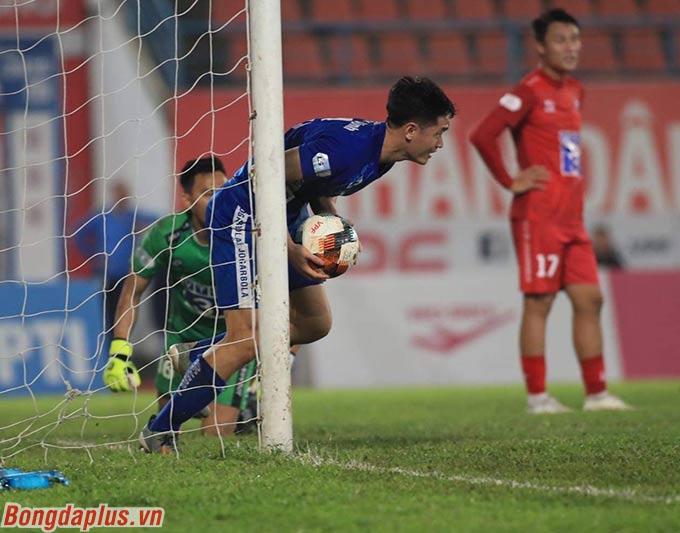 Tới phút 25, Rodrigo chuyền vào trong cho Pinto bắt vô lê tung lưới Hải Phòng lần thứ 3.