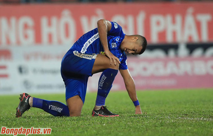 Quảng Nam để Hải Phòng có 2 bàn thắng trong hiệp 2 dẫn đến việc không thể trụ hạng - Ảnh: Phan Tùng