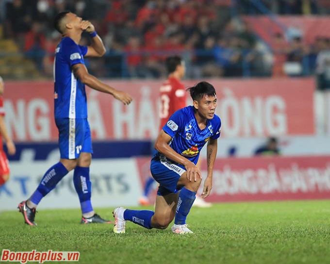 Cầu thủ Quảng Nam thất vọng khi rớt hạng V.League - Ảnh:Phan Tùng