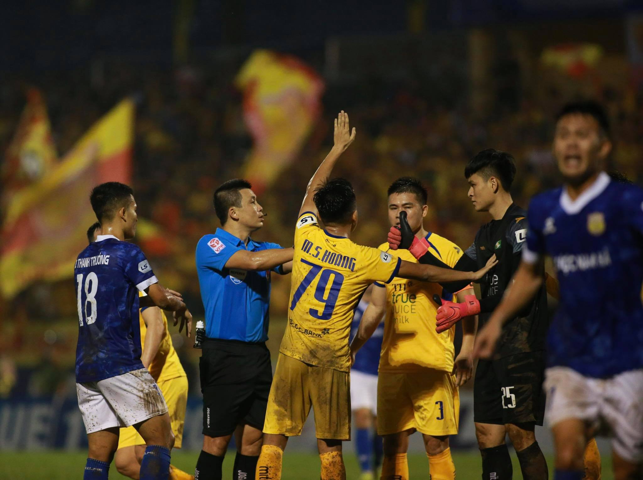 Trọng tài FIFA Hoàng Ngọc Hà có những quyết định chính xác trong trận đấu với SLNA và DNH.NĐ - Ảnh: LT