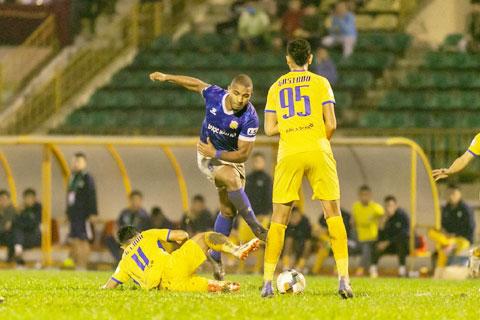 DNH Nam Định (áo sẫm) may mắn trụ hạng nhờ hơn Quảng Nam FC ở hiệu số bàn thắng bại - Ảnh: CTV