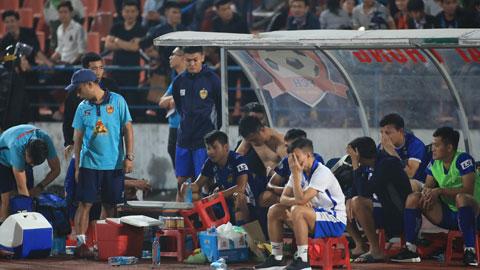 Cầu thủ Quảng Nam buồn bã sau khi đội nhà không thể trụ hạngẢnh: Phan Tùng