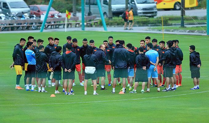 Chiều ngày 2/11, 24 cầu thủ U22 Việt Nam được triệu tập đợt 1 đã có buổi tập đầu tiên tại Trung tâm đào tạo trẻ VFF. HLV Park Hang Seo có buổi trao đổi ngắn với toàn đội trước khi bước vào buổi tập