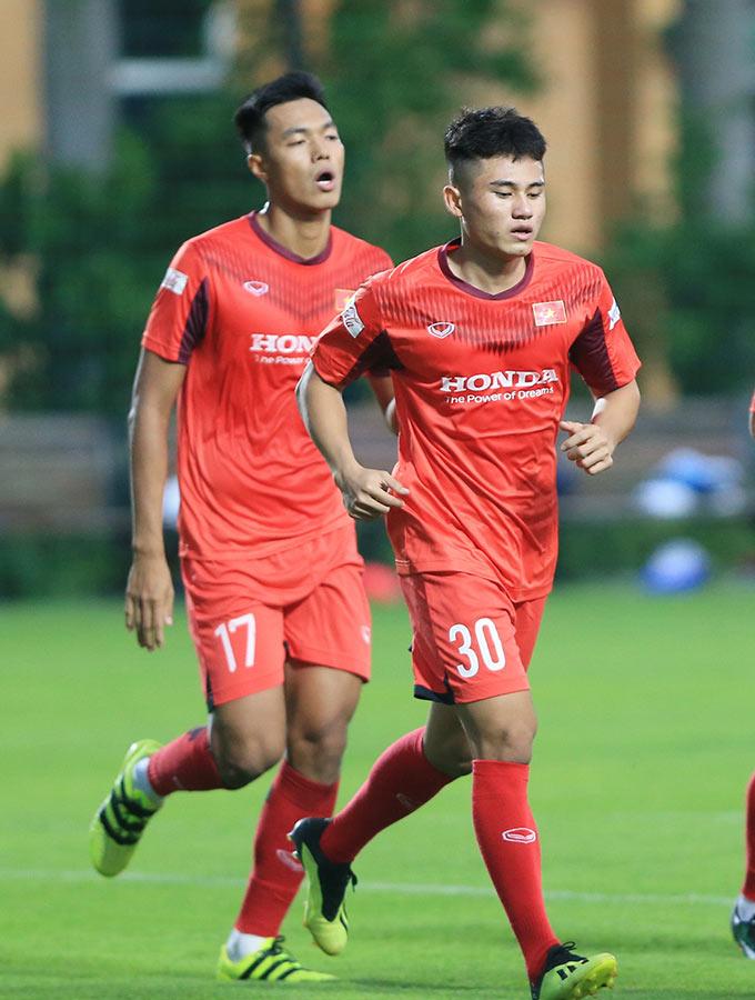 Cầu thủ 17 tuổi - Nguyễn Phi Hoàng hoà nhập khá nhanh dù mới lần đầu được góp mặt trên tuyển. Anh được triệu tập chỉ sau 1 trận đấu ở V.League 2020