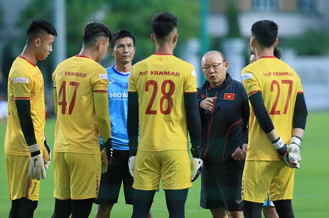 HLV Park Hang Seo có buổi họp nhanh với các thủ môn của U22 Việt Nam. Trong 4 gương mặt hiện tại, Văn Toản là người có kinh nghiệm nhiều nhất khi thường xuyên bắt chính ở V.League và từng cùng U22 Việt Nam giành HCV SEA Games 30