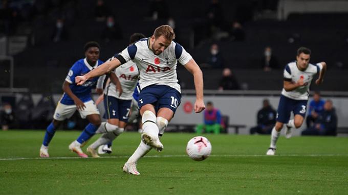 Kane mở tỷ số cho Tottenham ngay phút 13 trên chấm penalty