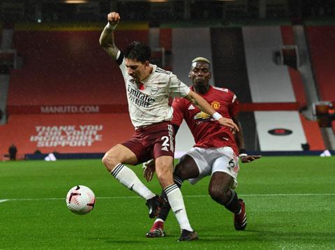 Pogba (phải) ở pha phạm lỗi dẫn đến penalty trước Arsenal